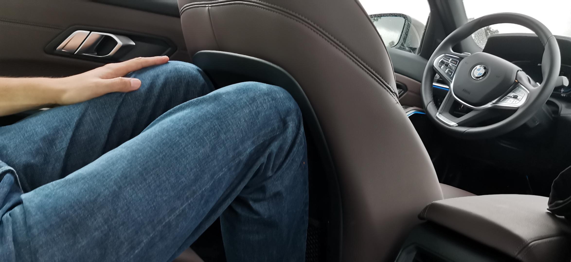 BMW 330e - prostor vzadu