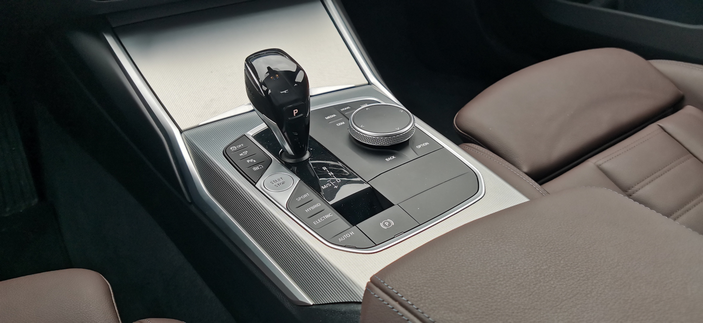BMW 330e - řadicí páka