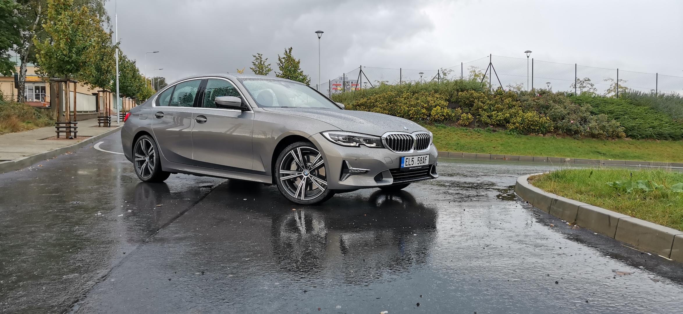 BMW 330e - z boku