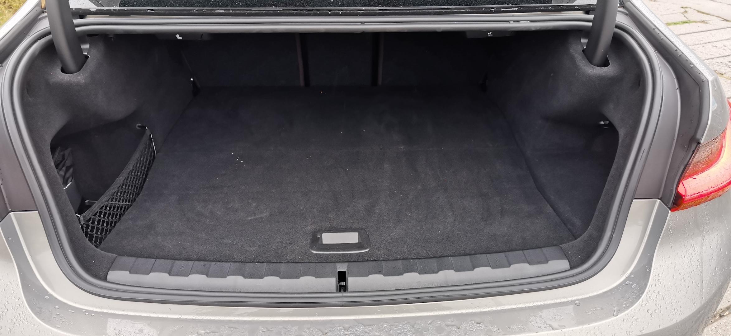 BMW 330e - zavazadlový prostor