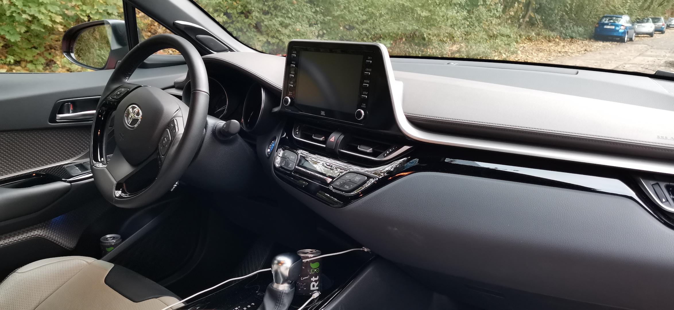 Toyota C-HR Hybrid - interiér