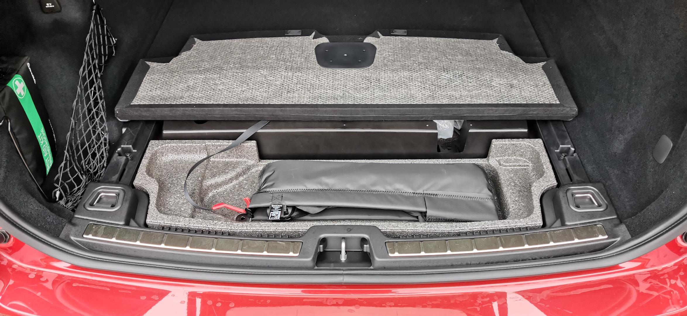 Volvo XC60 T6 AWD Recharge - pod kufrem