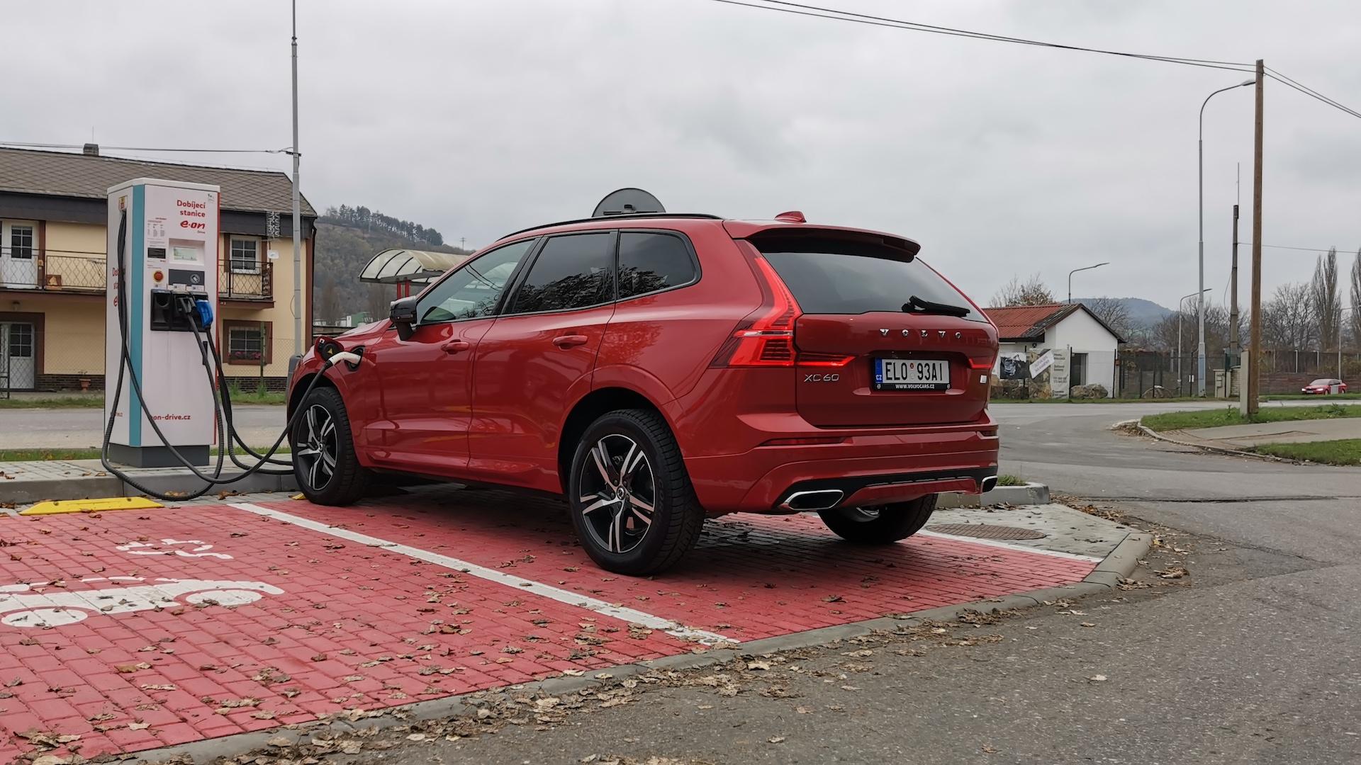 Volvo XC60 T6 AWD Recharge - nabíjecí stanice
